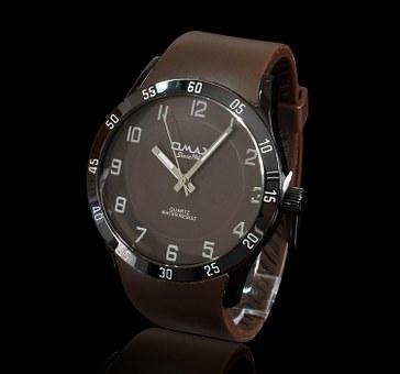 modny drewniany zegarek