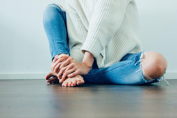 jasne jeansy damskie z dziurami