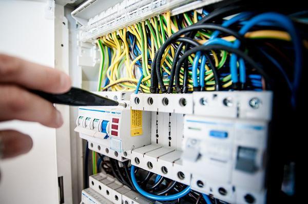 Do czego służy analizator parametrów sieci?